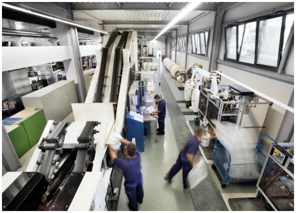 TENAX-Mitarbeiter bei der Papiersack-Produktion