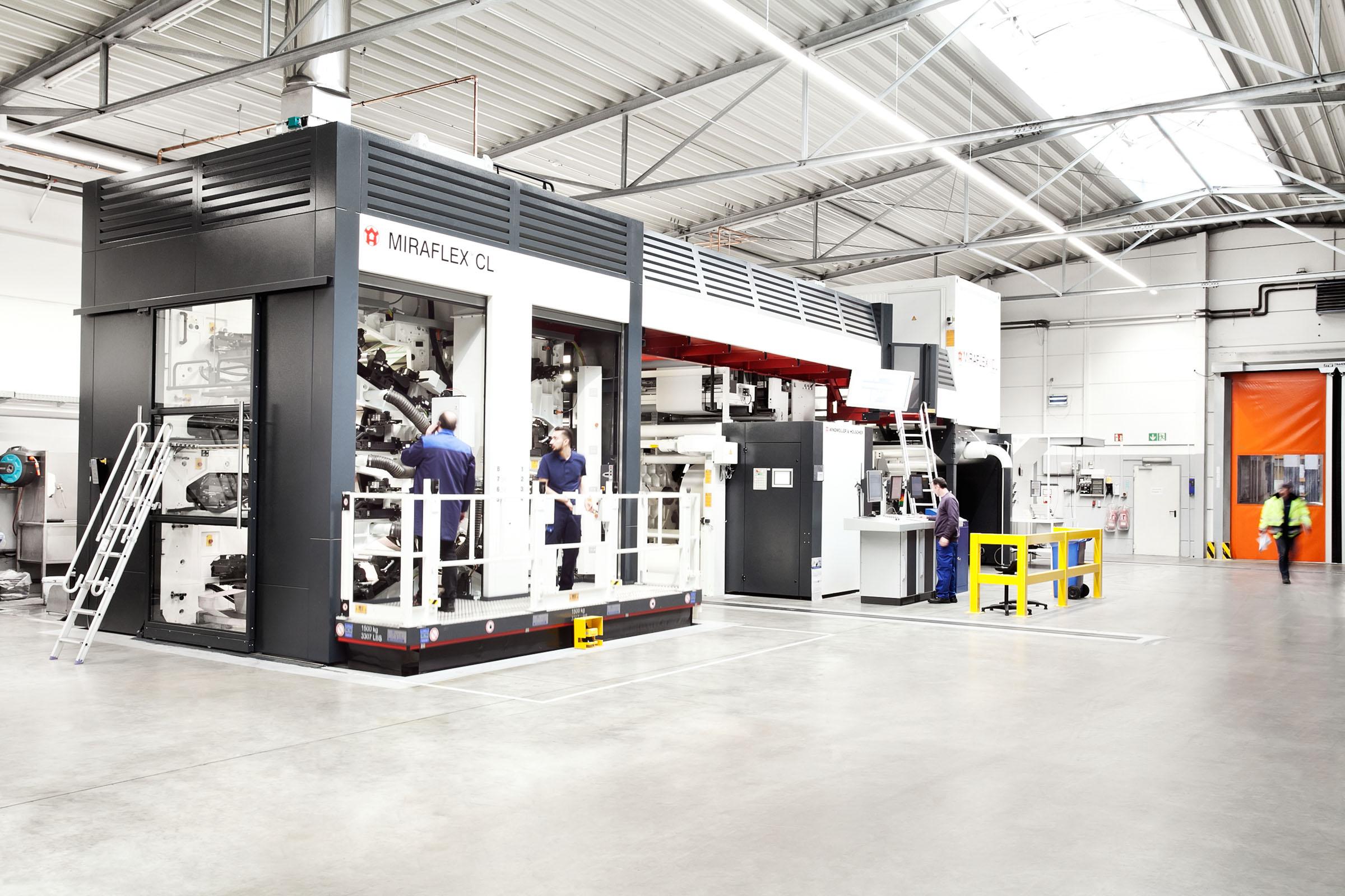 TENAX-Mitarbeiter vor Druckmaschine in Papiersack-Produktion