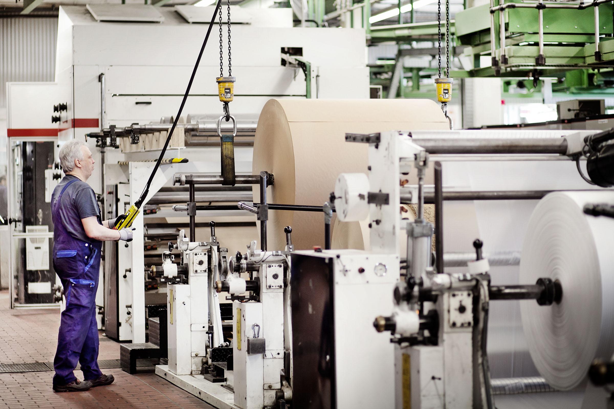 TENAX-Mitarbeiter steuert die Papiersack-Produktion