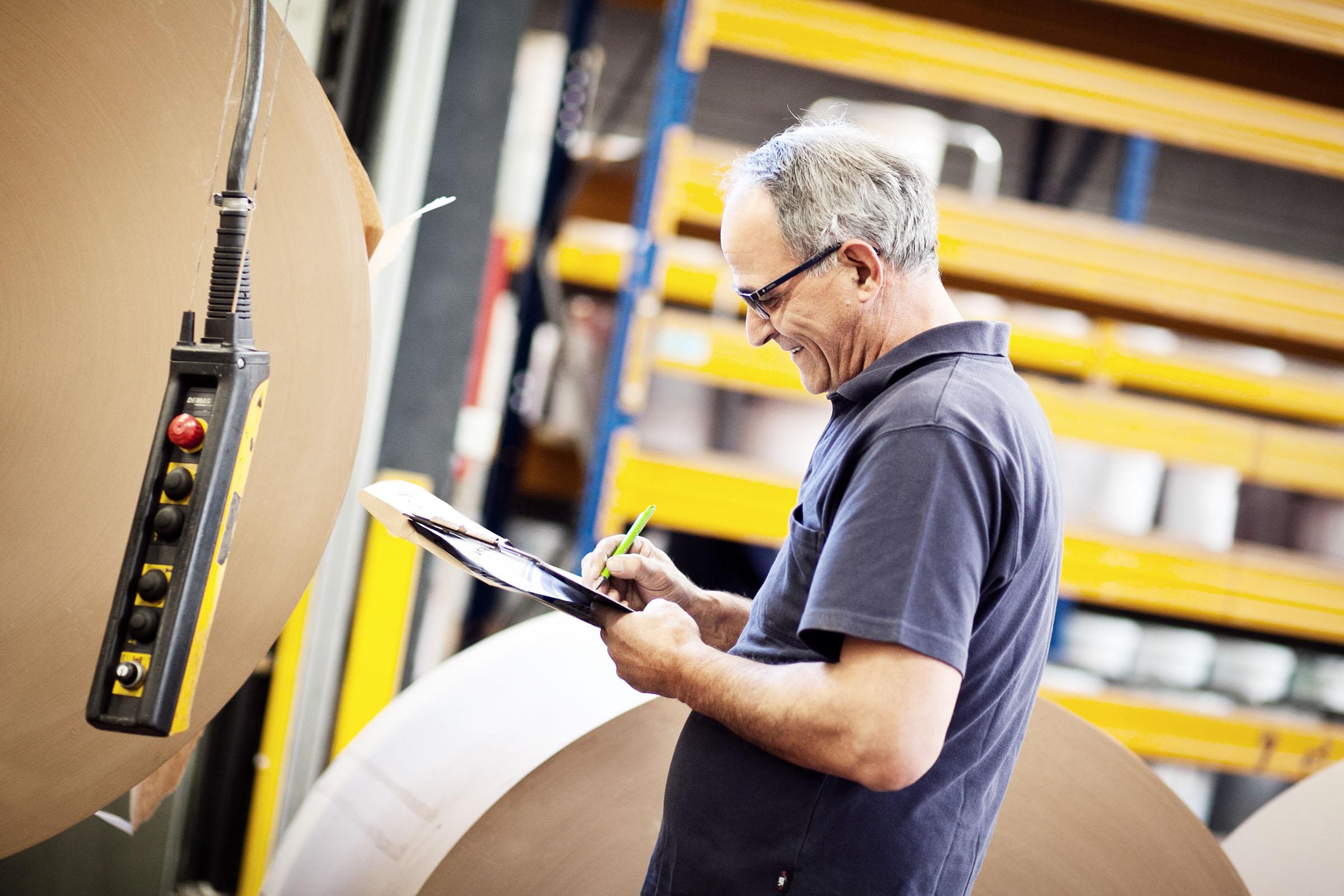 TENAX-Mitarbeiter kontrolliert die Papiersack-Produktion
