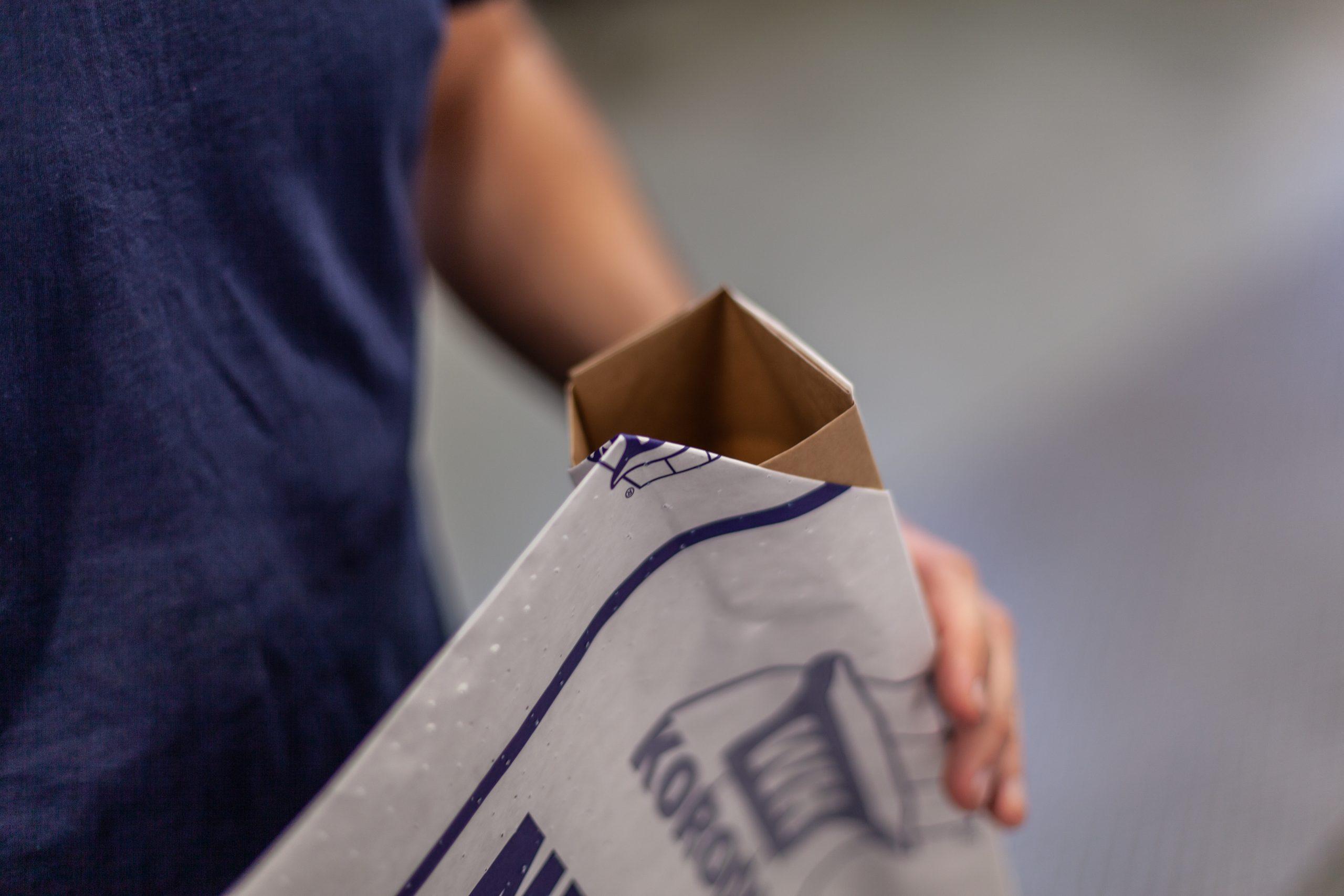 TENAX-Mitarbeiter präsentiert Ventilsack