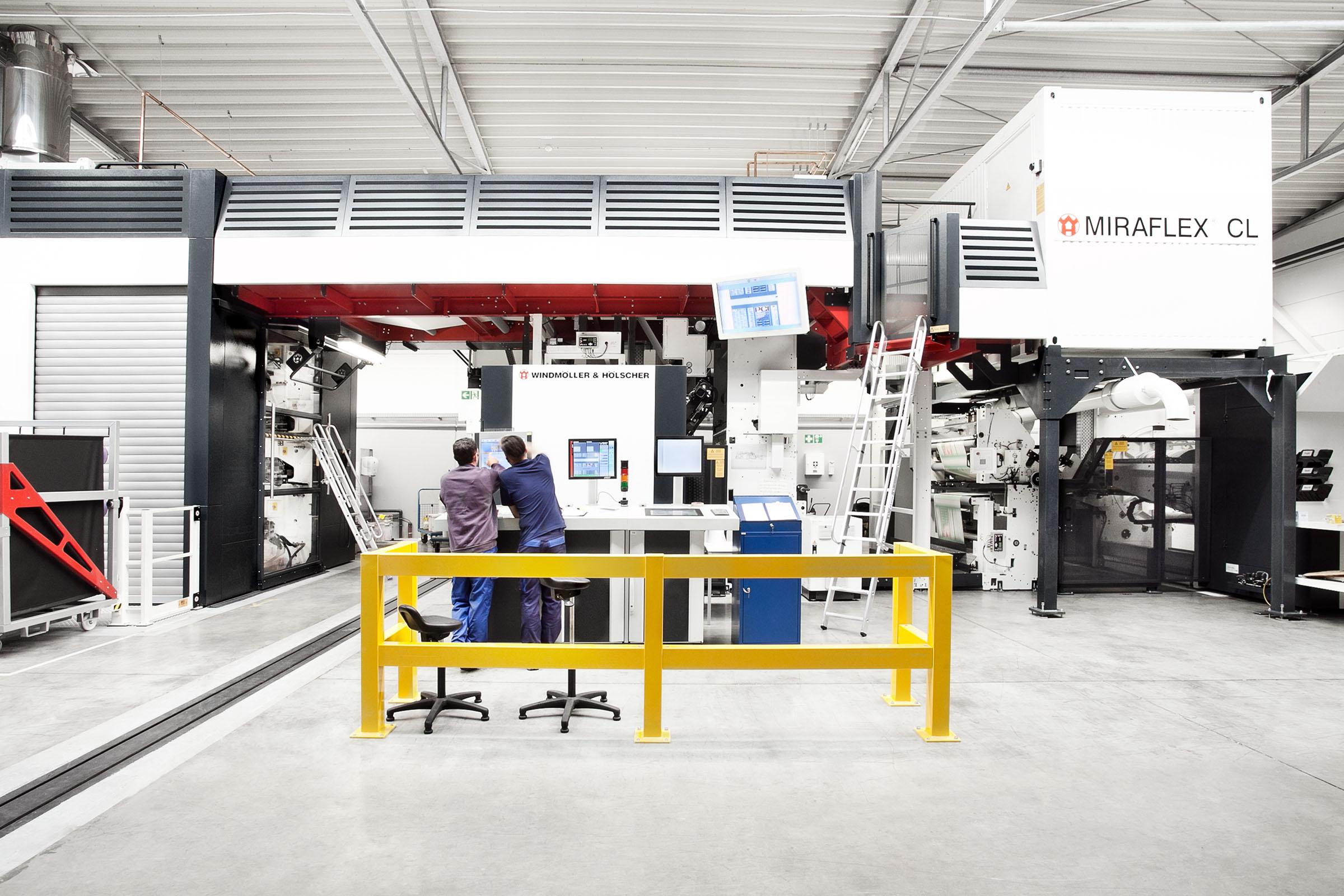 TENAX-Mitarbeiter vor Druckmaschine