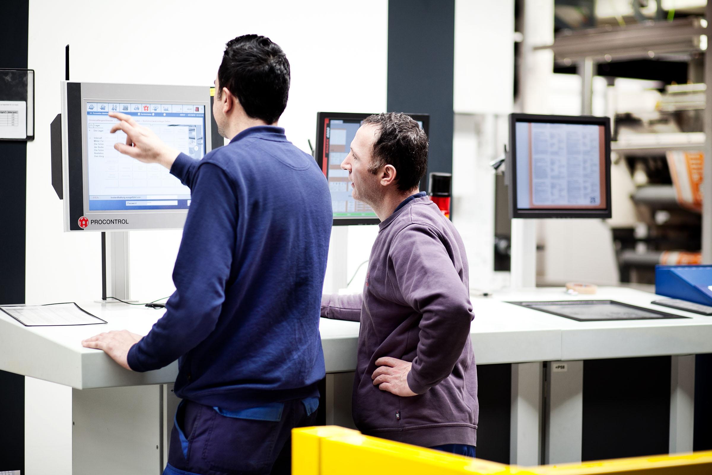 TENAX-Mitarbeiter steuern die Papiersack-Produktion