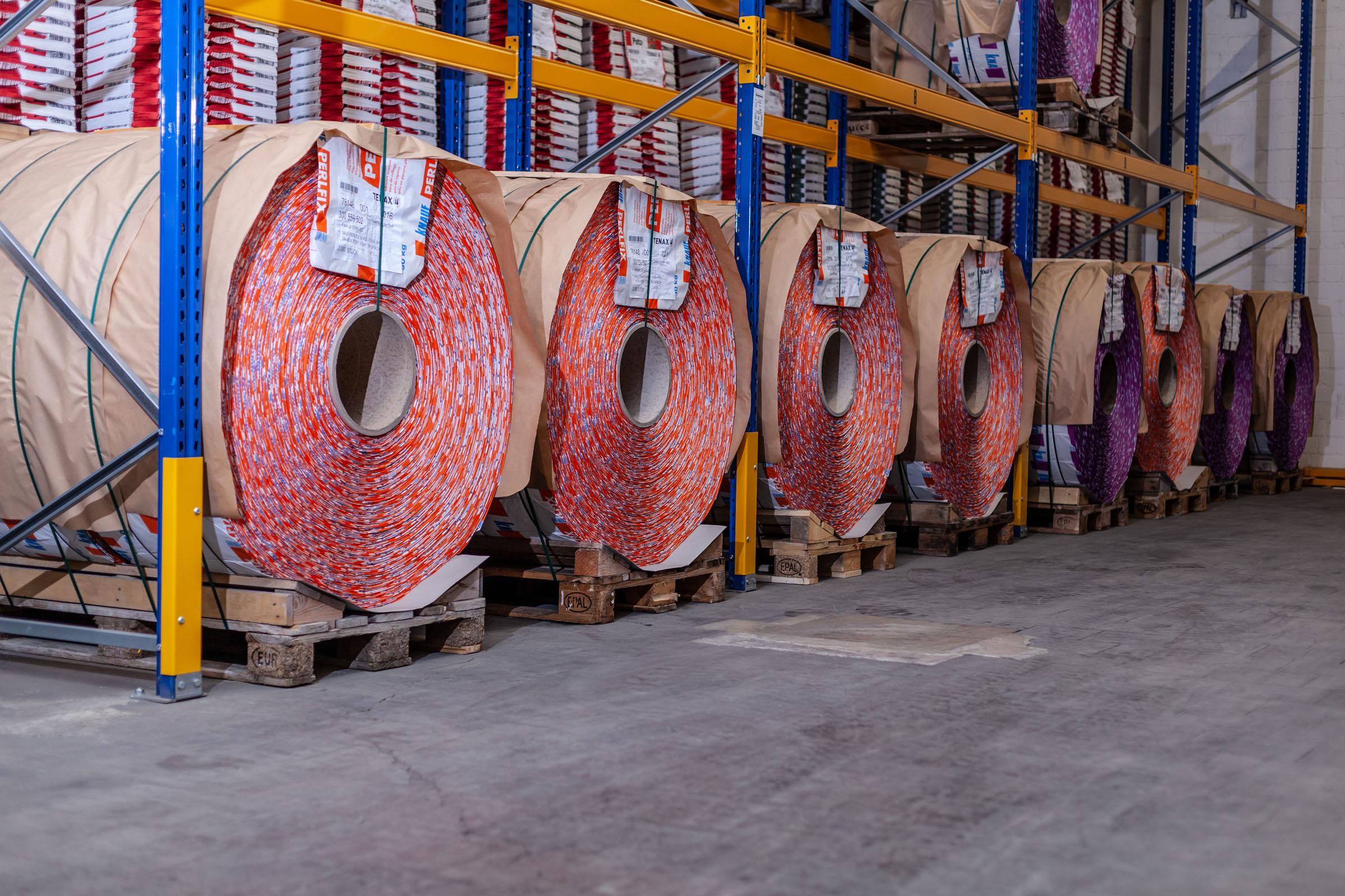 Aufgerollte Papiersäcke im Lager von TENAX