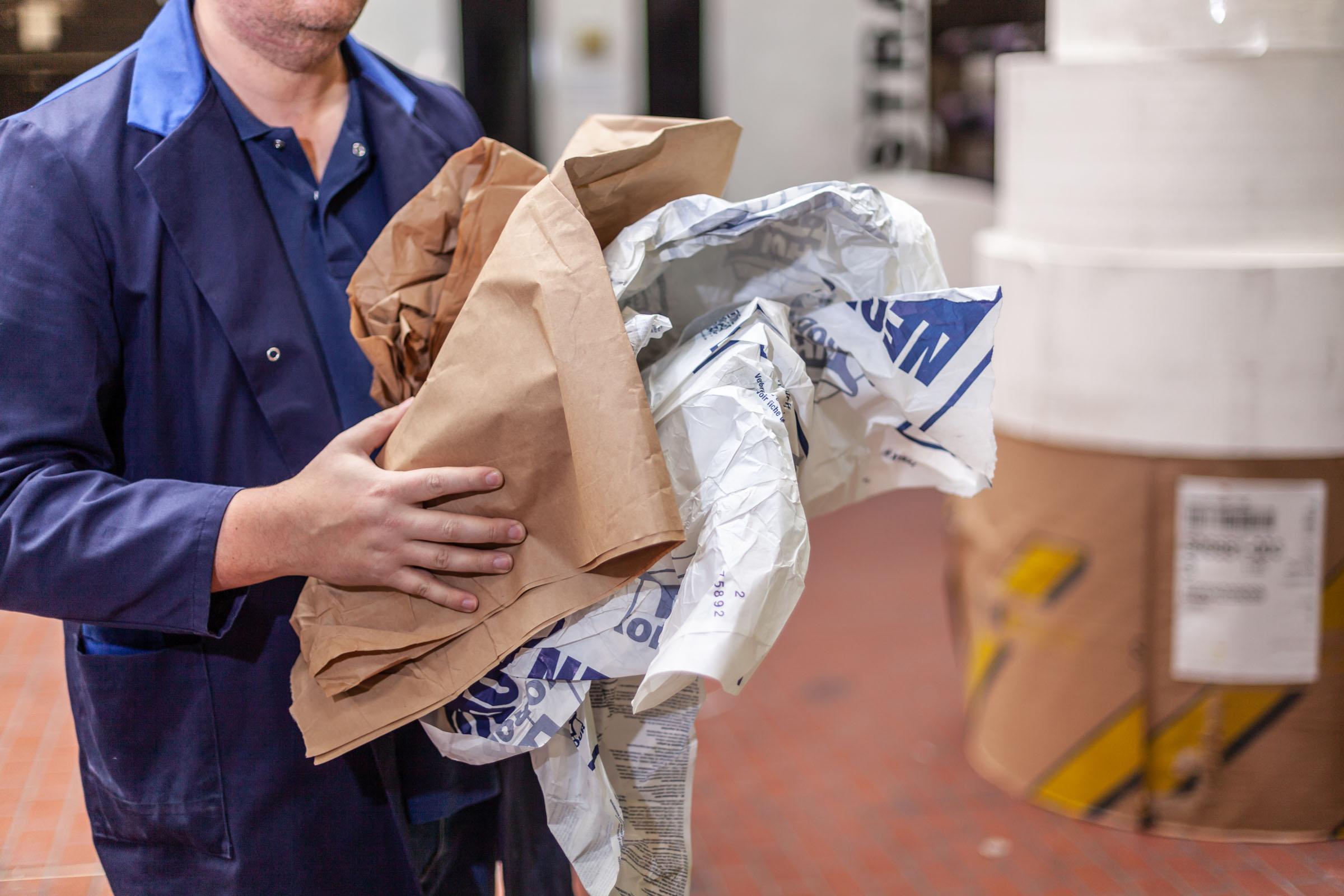 TENAX-Mitarbeiter entsorgt Produktionsreste aus Papier