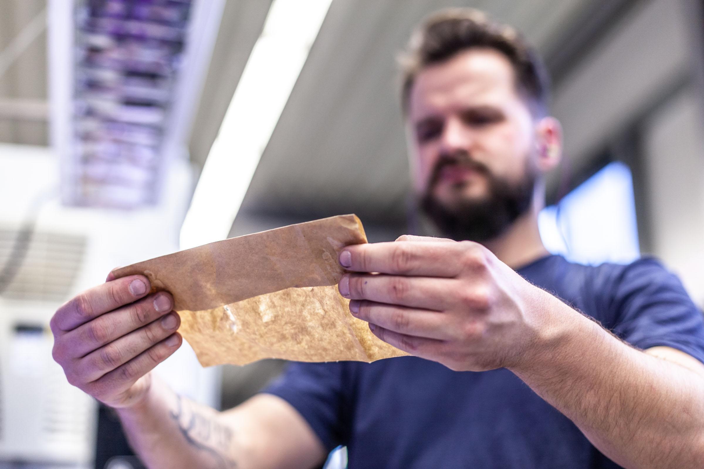 TENAX-Mitarbeiter prüft Papierqualität im Prüflabor
